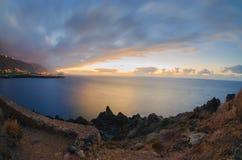 Puesta del sol sobre la costa atlántica de Tenerife, Icod de los Vinos Foto de archivo