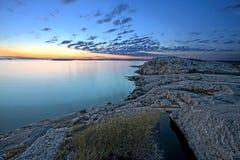 Puesta del sol sobre la costa costa rocosa Fotos de archivo libres de regalías