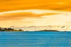 Puesta del sol sobre la costa costa por rebuzno al lado de Dublín en Irlanda imagenes de archivo