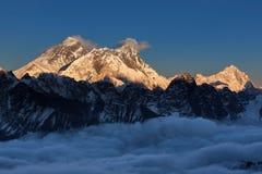 Puesta del sol sobre la cumbre de Everest, visión desde el La de Renjo Foto de archivo libre de regalías