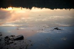Puesta del sol sobre la ensenada de Crocket en Stonington, Maine Foto de archivo libre de regalías