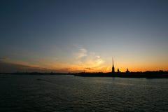 Puesta del sol sobre la fortaleza de Peter y de Paul Imagen de archivo libre de regalías
