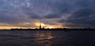 Puesta del sol sobre la fortaleza de Peter y de Paul en St Petersburg Crepúsculo Imagen de archivo