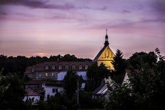 Puesta del sol sobre la iglesia. Fotografía de archivo