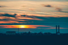 Puesta del sol sobre la iglesia del pueblo Fotografía de archivo