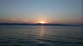 Puesta del sol sobre la isla abandonada fotos de archivo
