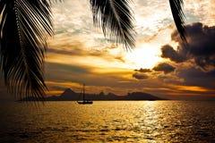 Puesta del sol sobre la isla de Moorea vista de Tahití Fotos de archivo