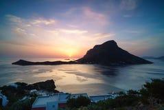 Puesta del sol sobre la isla de Telendos imagenes de archivo