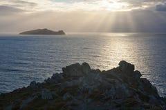Puesta del sol sobre la isla misteriosa, Irlanda Fotografía de archivo libre de regalías