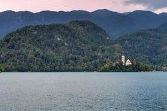 Puesta del sol sobre la isla sangrada y el lago sangrados, Eslovenia Foto de archivo