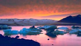 Puesta del sol sobre la laguna glacial de Jokulsarlon foto de archivo
