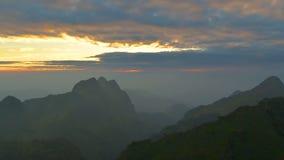 Puesta del sol sobre la montaña almacen de video