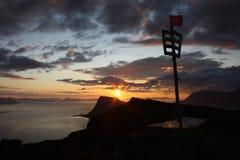 Puesta del sol sobre la montaña Foto de archivo