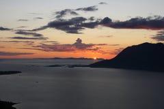 Puesta del sol sobre la montaña Imagenes de archivo