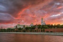 Puesta del sol sobre la Moscú el Kremlin Fotos de archivo