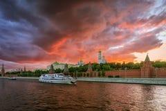 Puesta del sol sobre la Moscú el Kremlin Fotos de archivo libres de regalías