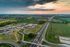 Puesta del sol sobre la opinión aérea de la carretera foto de archivo