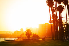 Puesta del sol sobre la orilla del mar de Long Beach, California Imagen de archivo libre de regalías