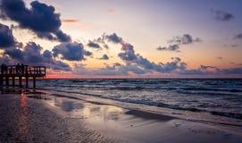Puesta del sol sobre la playa Foto de archivo libre de regalías