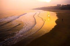 Puesta del sol sobre la playa Imagen de archivo
