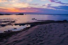 Puesta del sol sobre la playa imagen de archivo libre de regalías
