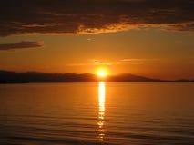 Puesta del sol sobre la playa Fotografía de archivo libre de regalías