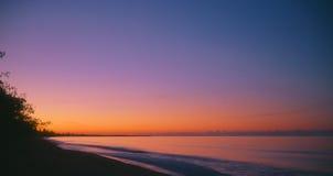 Puesta del sol sobre la playa Fotos de archivo libres de regalías