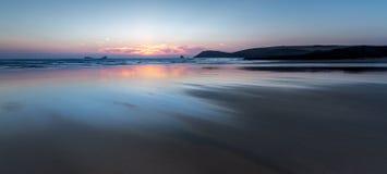 Puesta del sol sobre la playa abandonada hermosa, Constantine Bay, Cornualles fotografía de archivo