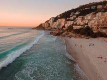 Puesta del sol sobre la playa Clifton Cape Town foto de archivo