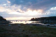 Puesta del sol sobre la playa de la arena en Stonington, Maine Fotografía de archivo