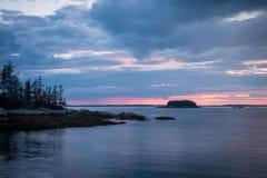 Puesta del sol sobre la playa de la arena en Stonington, Maine Imagenes de archivo
