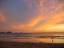 Puesta del sol sobre la playa de Mazatlan Foto de archivo libre de regalías
