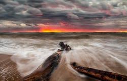 Puesta del sol sobre la playa del mar Fotos de archivo