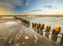 Puesta del sol sobre la playa del mar Fotos de archivo libres de regalías