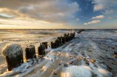 Puesta del sol sobre la playa del mar Foto de archivo