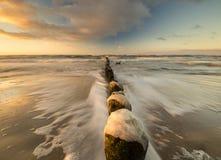 Puesta del sol sobre la playa del mar Imagenes de archivo