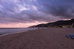 Puesta del sol sobre la playa en Castelldefels Foto de archivo