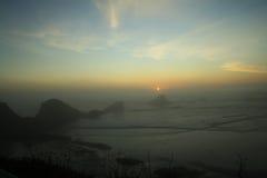 Puesta del sol sobre la playa escénica Imagenes de archivo