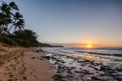 Puesta del sol sobre la playa Oahu, Hawaii de la puesta del sol imagen de archivo