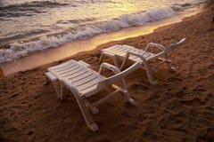 Puesta del sol sobre la playa Tailandia de Pataya del mar con la silla de playa Foto de archivo