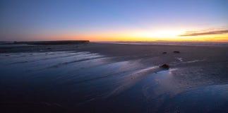 Puesta del sol sobre la salida de marea de Santa Clara River al Océano Pacífico en el parque de estado de McGrath en la costa de  fotografía de archivo