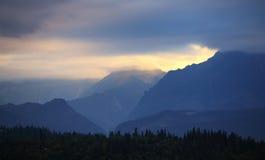 Puesta del sol sobre la silueta de la montaña de Tatras, Eslovaquia foto de archivo