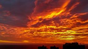 Puesta del sol sobre la silueta de los edificios del paisaje urbano Foto de archivo