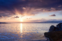 Puesta del sol sobre la superficie congelada del lago Baikal Foto de archivo