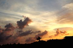 Puesta del sol sobre la tierra Imagen de archivo