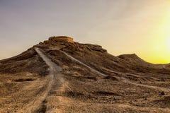 Puesta del sol sobre la torre del Zoroastrian del silencio en Yazd, Irán Imágenes de archivo libres de regalías