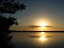 Puesta del sol sobre las aguas de Ding Daring Wildlife Refuge, Sanibel, la Florida Imágenes de archivo libres de regalías