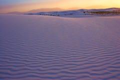 Puesta del sol sobre las arenas blancas Foto de archivo