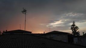 Puesta del sol sobre las azoteas foto de archivo libre de regalías