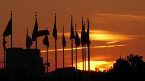 Puesta del sol sobre las banderas americanas en Washington Monument metrajes